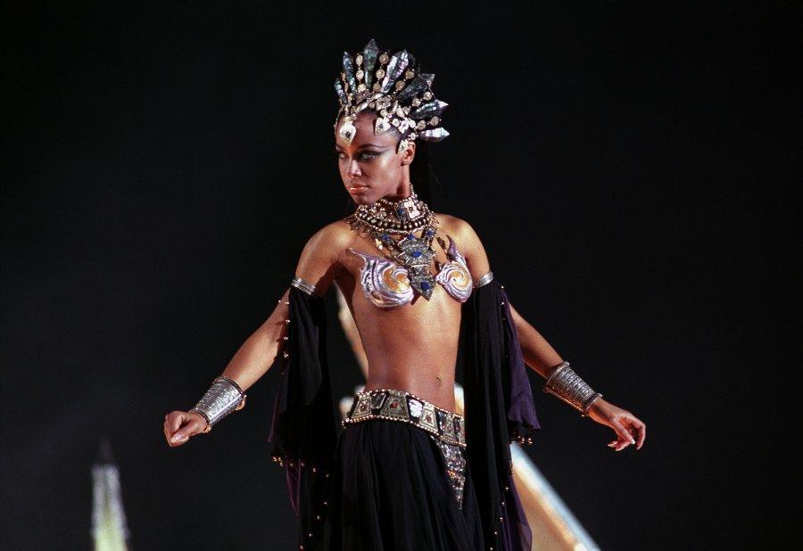 http://www.cswap.com/2002/Queen_of_the_Damned/still/12.jpg